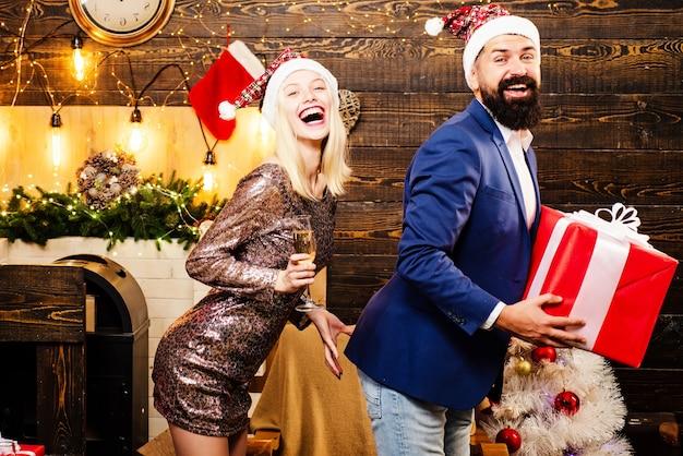 Man en vrouw met kerstcadeau