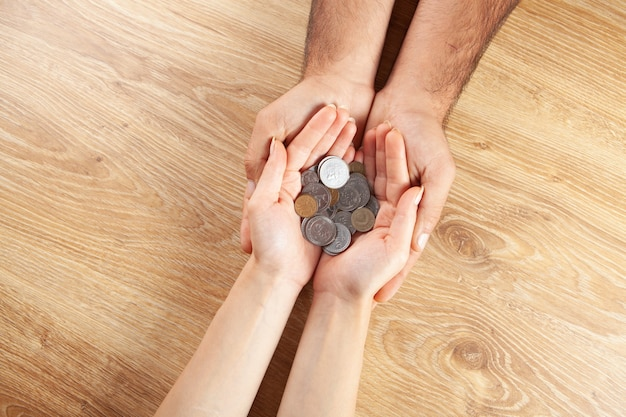 Man en vrouw met munten