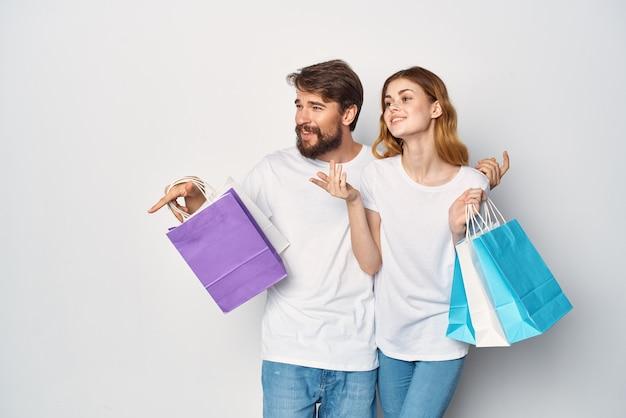 Man en vrouw met pakketten in handen winkelen entertainment lifestyle korting