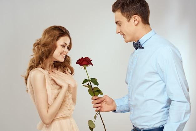 Man en vrouw met rood roze romantiek