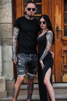 Man en vrouw met tatoeages buiten