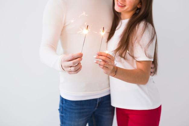 Man en vrouw met wonderkaarsen op wit