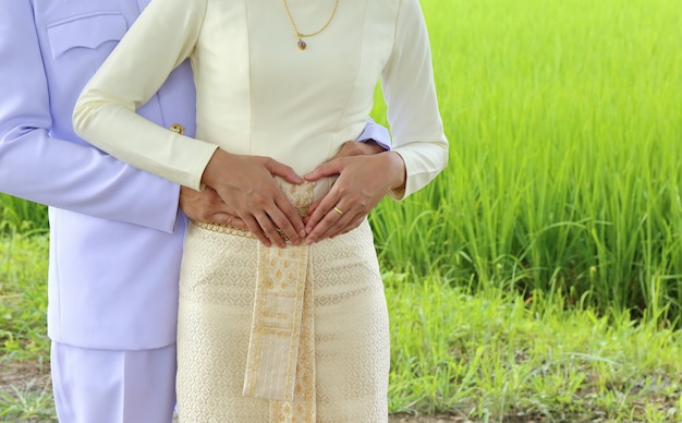 Man en vrouw minnaar knuffelen, thailand