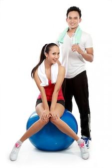 Man en vrouw oefenen