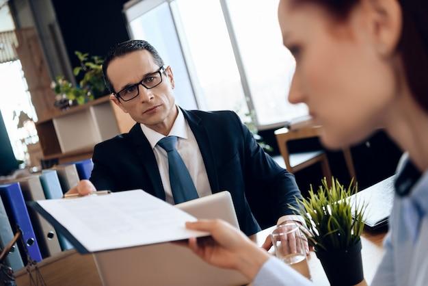 Man en vrouw ondertekenen scheidingsregeling.