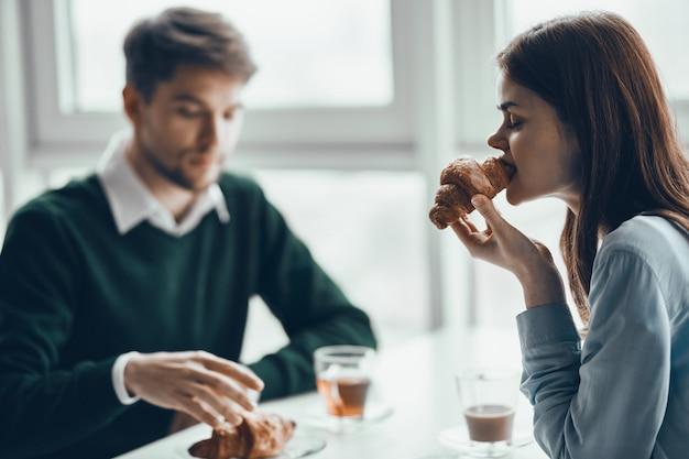 Man en vrouw ontbijten samen, zakelijk ontbijt, koppel ontbijt