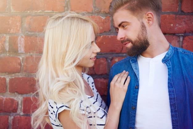 Man en vrouw op de bakstenen muur