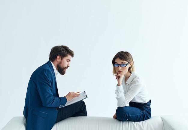 Man en vrouw op de bank werken professionals team