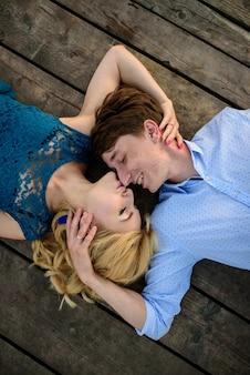 Man en vrouw op de pier bij het meer.