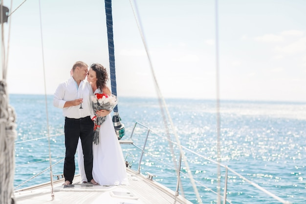 Man en vrouw op een zeereis op een jacht