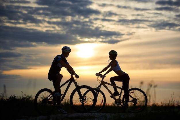 Man en vrouw op fietsen