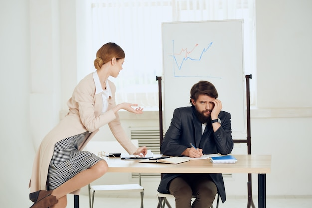 Man en vrouw op kantoor aan de balie communicatiewerk