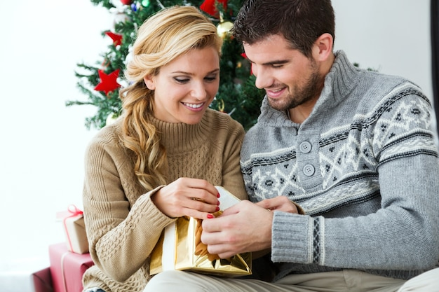 Man en vrouw op zoek naar een gouden pakket