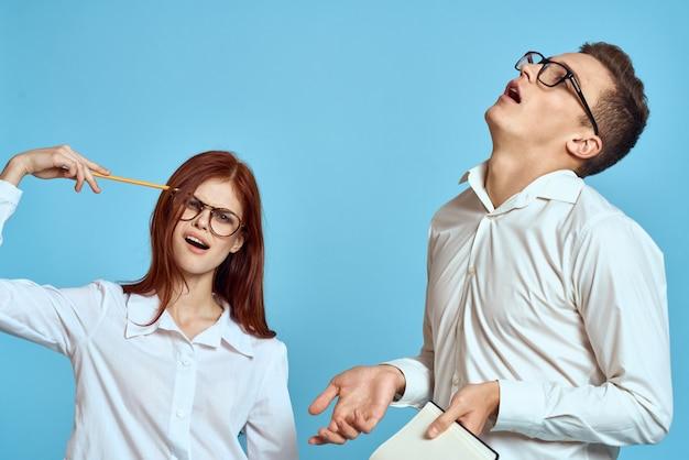 Man en vrouw paar poseren in een trui, een sterk paar liefhebbers