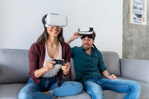 Man en vrouw plezier thuis met virtual reality headset spelen van videogames