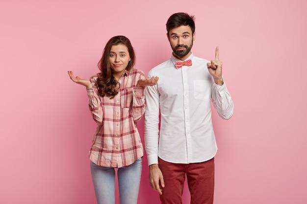 Man en vrouw poseren in kleurrijke kleding