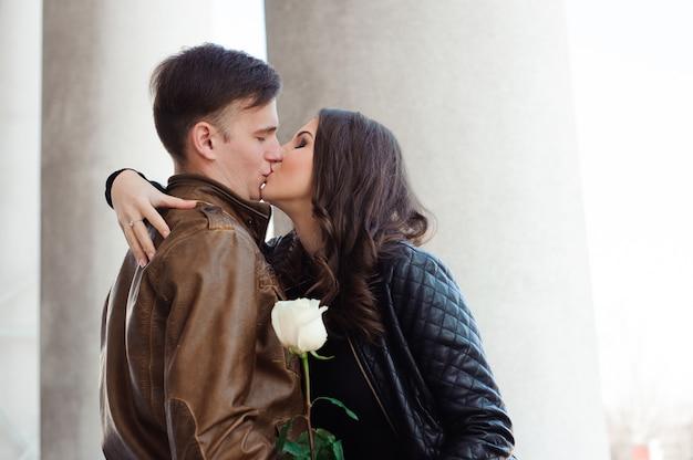 Man en vrouw poseren op straat in de buurt van de kolommen van het theater