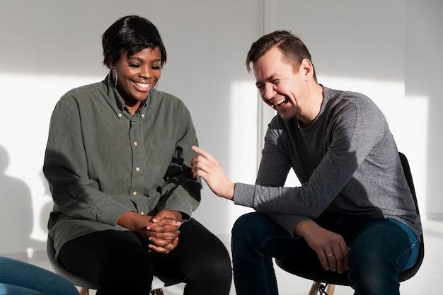 Man en vrouw praten en lachen