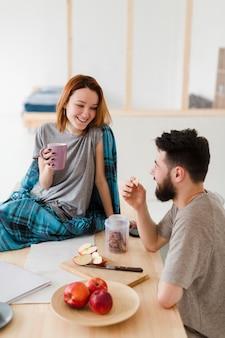 Man en vrouw praten in de keuken