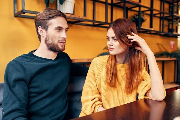 Man en vrouw praten in een café
