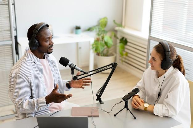 Man en vrouw praten in een podcast