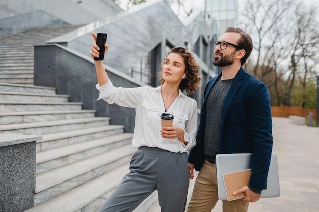Man en vrouw praten in stedelijk stadscentrum