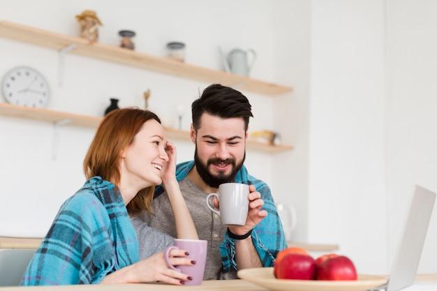 Man en vrouw praten laag uitzicht