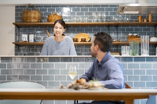 Man en vrouw praten met een glimlach