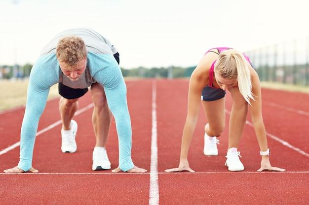 Man en vrouw racen op buitenbaan