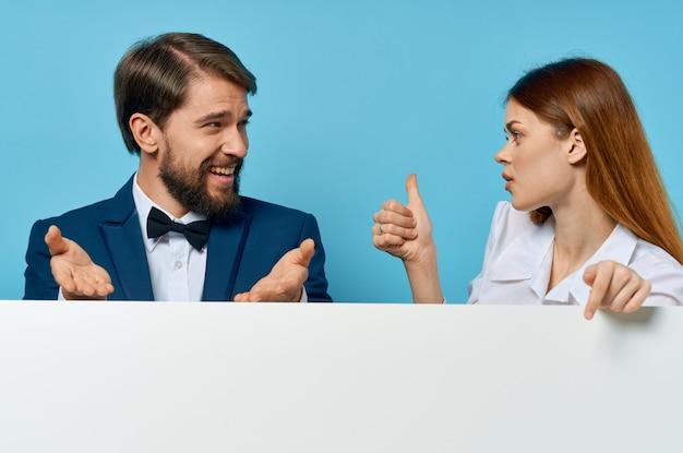Man en vrouw reclame presentatie witte banner blauwe achtergrond. hoge kwaliteit foto