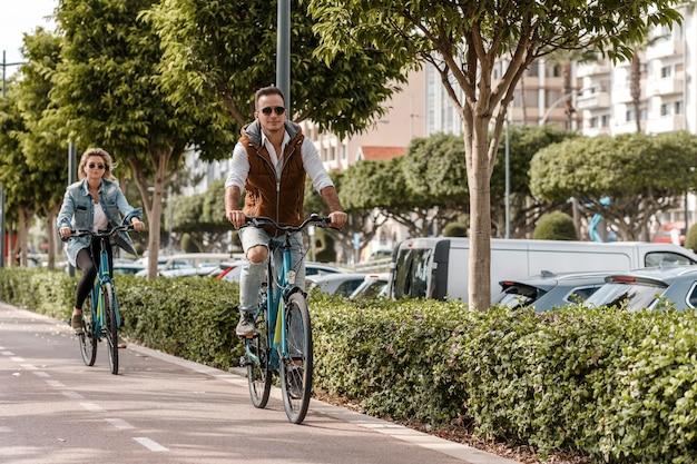 Man en vrouw rijden op hun fiets