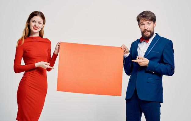 Man en vrouw rode mockup posterpresentatie reclamestudio