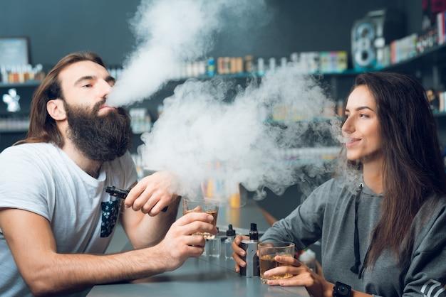 Man en vrouw roken samen in de winkel.