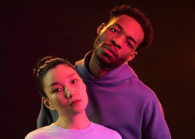Man en vrouw samen poseren