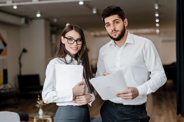 Man en vrouw samen te werken op kantoor