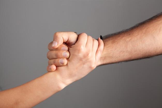 Man en vrouw schudden elkaar de hand