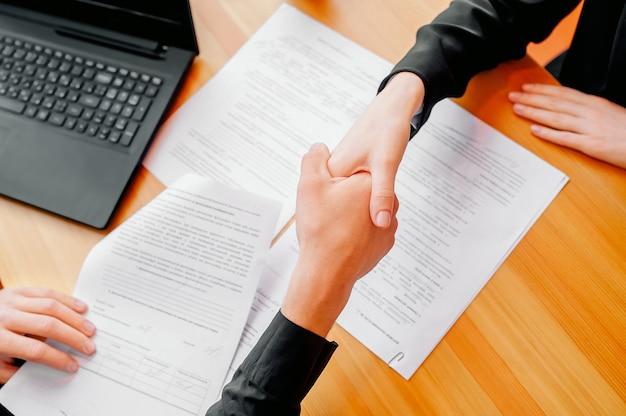 Man en vrouw schudden handen op kantoor. samenwerkend teamwerk.
