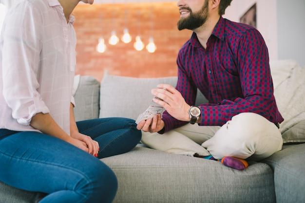 Man en vrouw speelkaarten bijsnijden