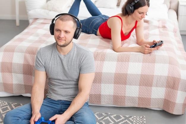 Man en vrouw spelen van videogames