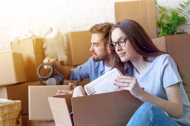 Man en vrouw spullen inpakken