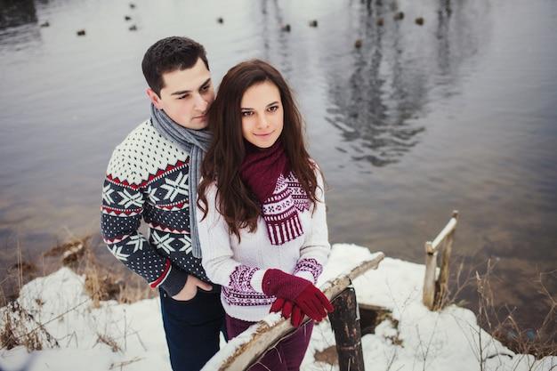 Man en vrouw staan alleen