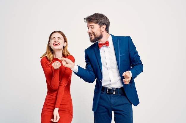Man en vrouw staan naast elkaar communicatie vriendschap samen elegante stijl