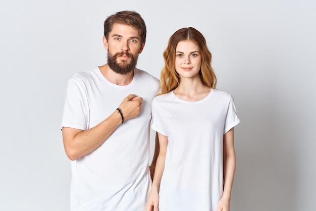 Man en vrouw staan naast elkaar in witte t-shirts, kopiëren ruimtemodelontwerp