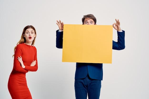 Man en vrouw staan naast reclame poseren korting