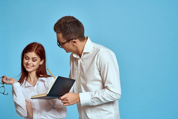 Man en vrouw stel poseren in één trui, een sterk stel geliefden