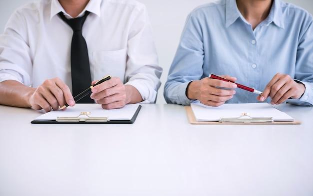 Man en vrouw tijdens echtscheidingsproces en ondertekening van echtscheidingscontract, trouwring