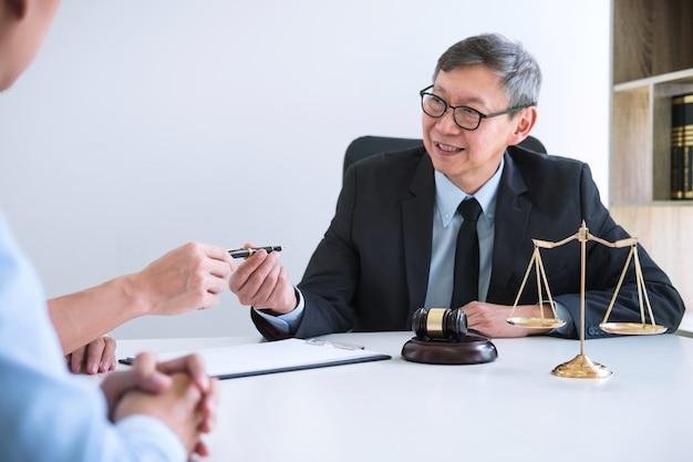 Man en vrouw tijdens echtscheidingsproces