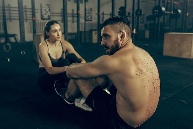 Man en vrouw tijdens oefeningen in de fitnessruimte.