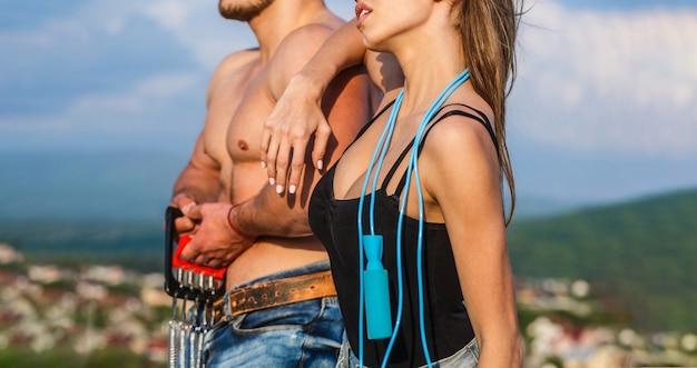 Man en vrouw torso. sportieve sexy paar spier- en training met springtouw tonen.