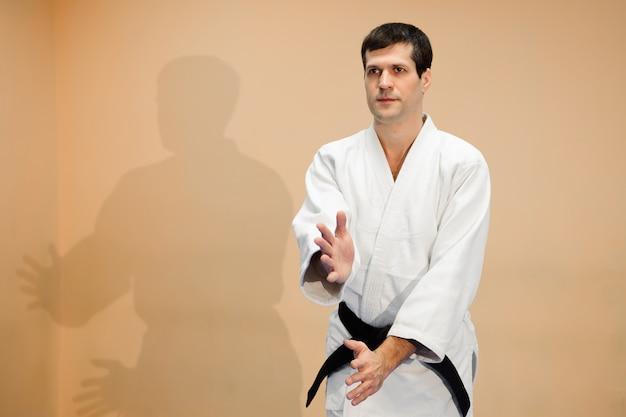 Man en vrouw vechten op aikido training in martial arts school